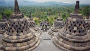 Borobudur je chrámový komplex mahájánového buddhismu v indonéském Magelangu na Střední Jávě