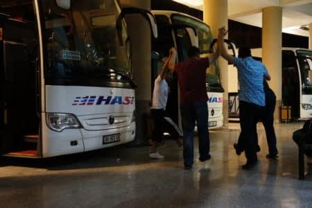 Mladí turci si krátí čas kruhovým tancem, Autobusové nádraží v Diyanbakiru (Turecko)