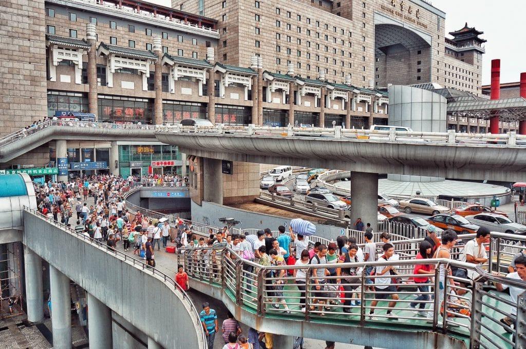 dav lidí mířící na hlavní nádraží v Pekingu