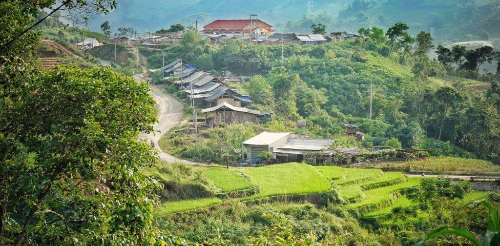 rýžová pole a horská vesnice v severní části Vietnamu