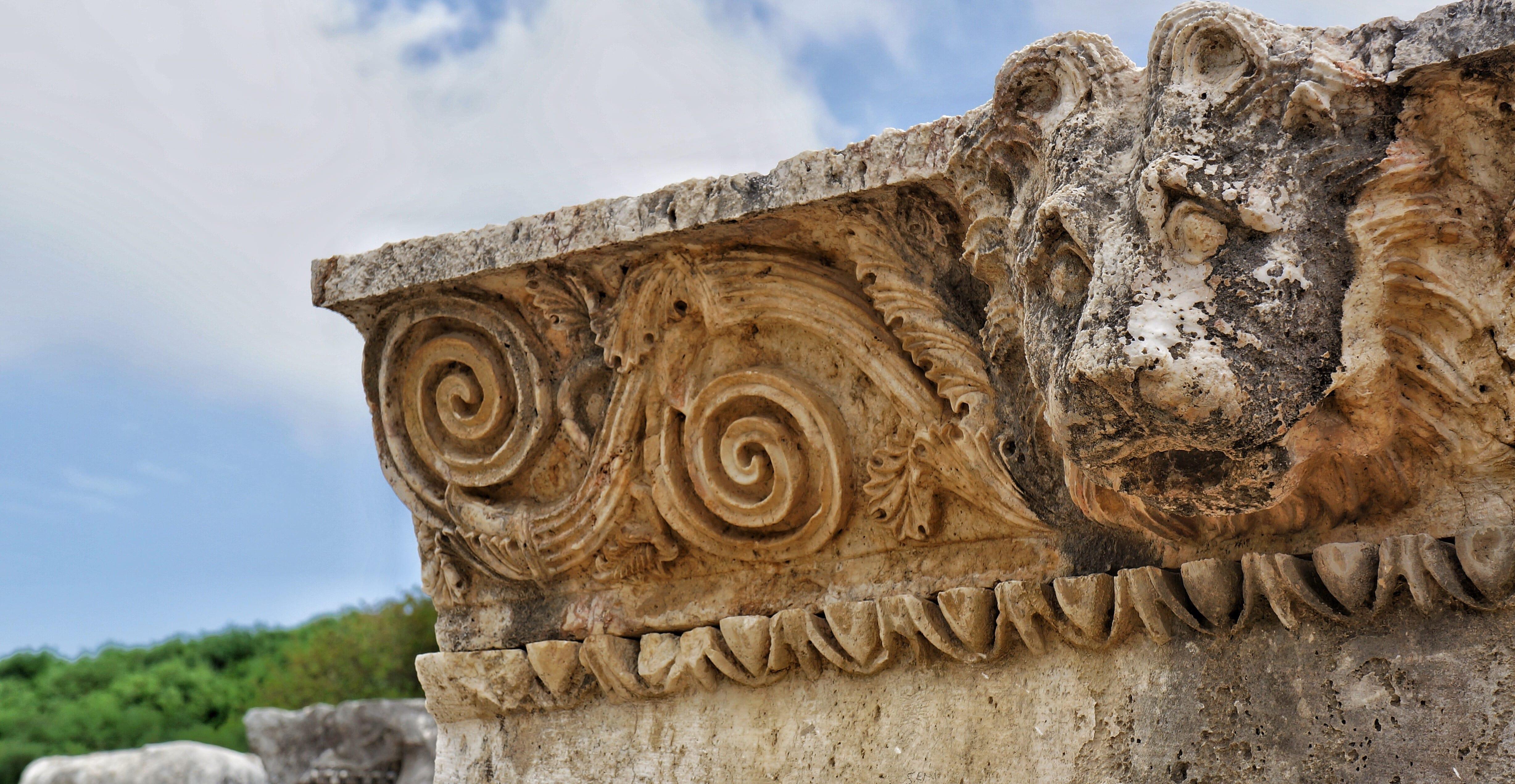 kamenný reliéf s podobiznou lví hlavy s rostlinnými ornamenty na kamenné římse Lýkijského chrámu Xanthos