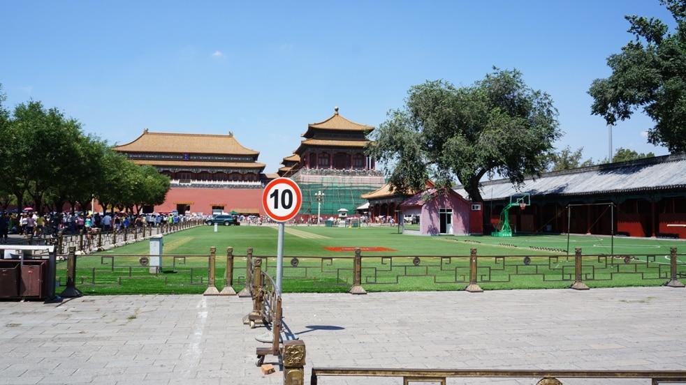 fotbalové hřiště za první branou Zakázaného města v Peking