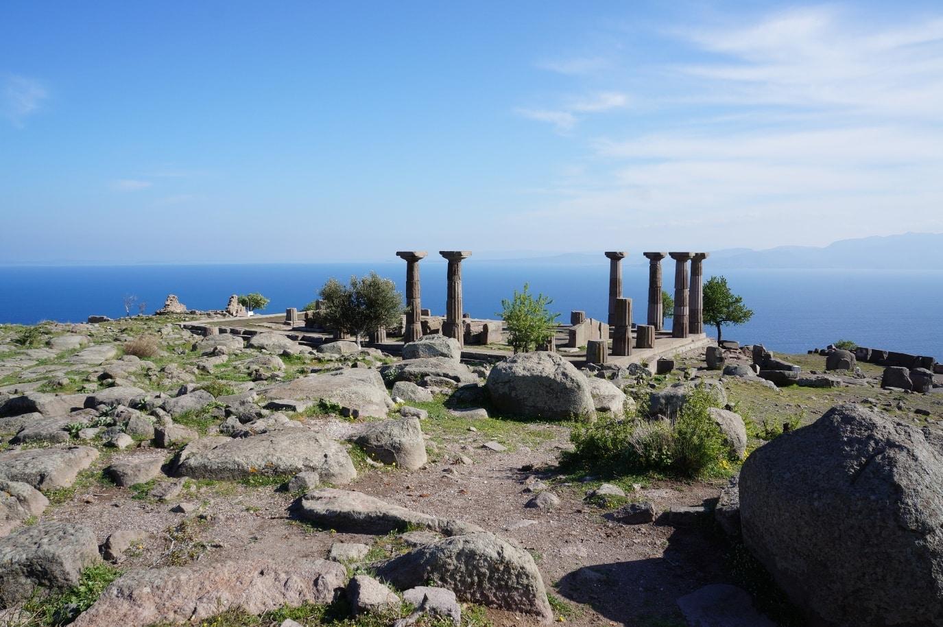 rozvaliny chrámu Athény v dórském stylu ve městě Ayvacik, Turecko