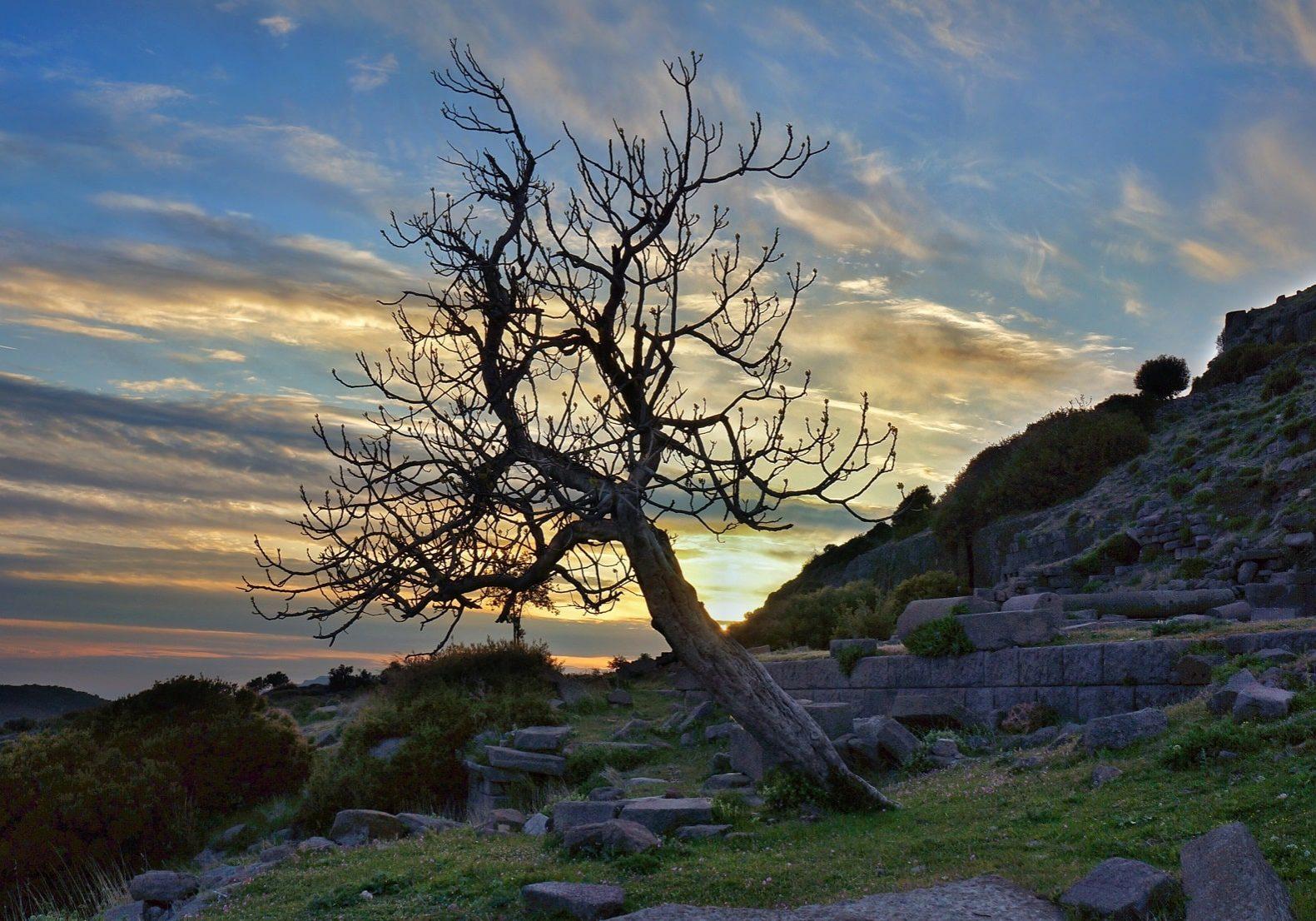 západ slunce nad rozvalinami agory Assos