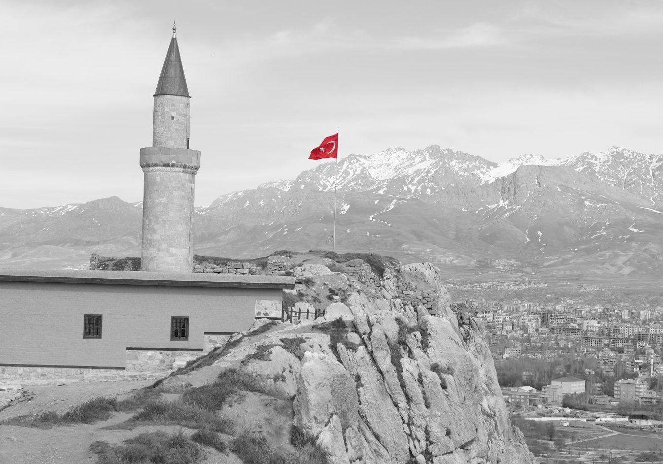 turecká-vlajka-nad-městem-Van-Turecko