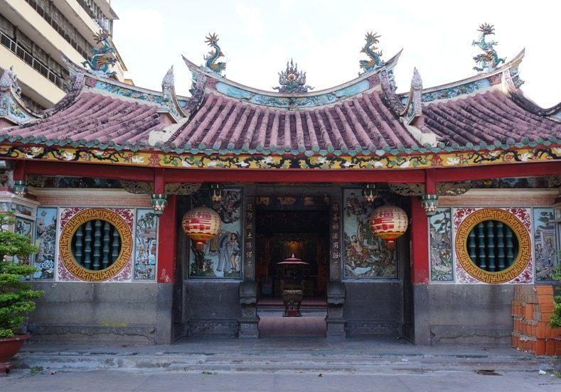 vchod-do-chrámu-Saigo-Ho-Či-Min-City-Vietnam